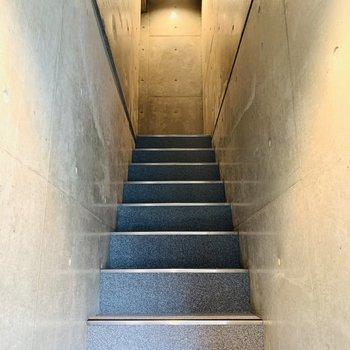 階段を上ると...