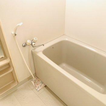 浴槽が深めで肩までしっかり浸かることが出来ますね。