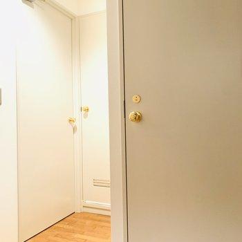 3つの扉が。ドアノブがゴールドで可愛い。