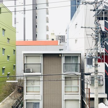 眺望は住宅だけど、少し左を見ると...