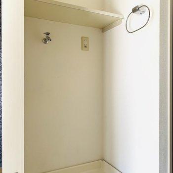 その正面には洗濯機置場。上部の棚には、タオルや柔軟剤などを。