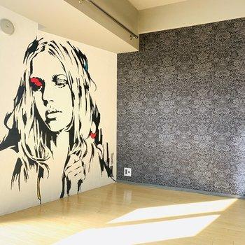 印象的過ぎる壁紙のお部屋。