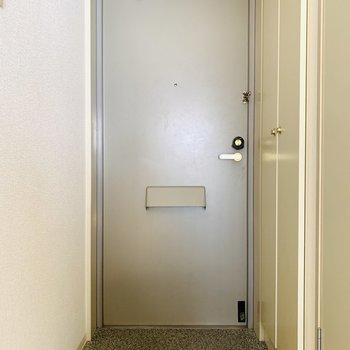 お部屋とは打って変わってシンプルな玄関スペース。