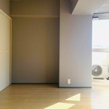 スモーキーなグレーが反対側の壁といいバランスを保ってくれています。