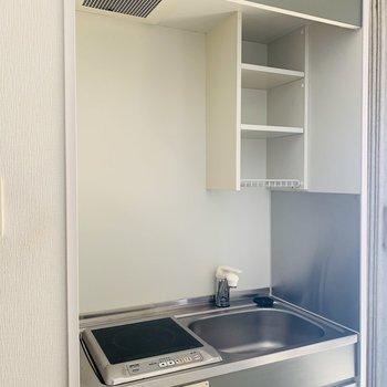 キッチンスペースもコンパクトに。上部に収納が意外と使えそう。