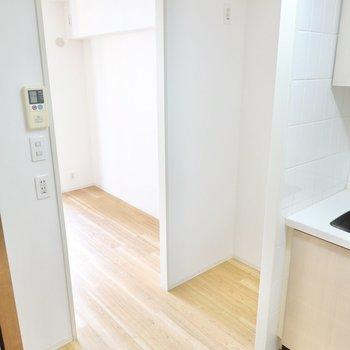冷蔵庫置き場とその他の家電のためのスペースもしっかり確保されています。
