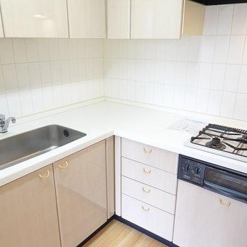 調理のしやすいL字型のキッチン。3口コンロに魚焼きグリル付き。