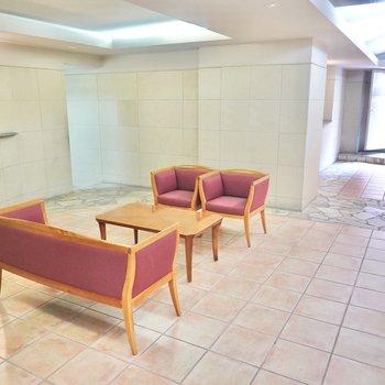 エントランス内は高級感のある雰囲気。ソファやチェアが置かれています。