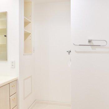 その右手には洗濯機置き場。棚やタオルバーもあります。