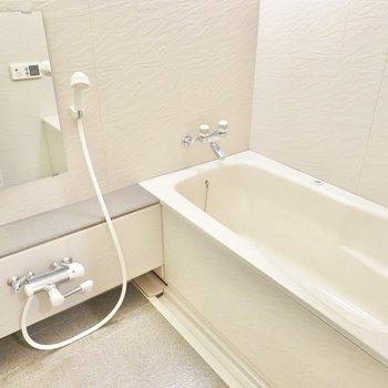 足を伸ばせる大きなお風呂。追い焚き機能や浴室乾燥機もついています。