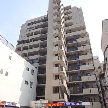 駅から歩いて約2分の大きなマンション。お部屋は5階にあります。