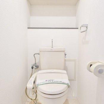おトイレは嬉しいウォシュレット付き。後ろの棚には消臭剤なども置きやすいですね。