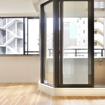 LDKは約14.3帖。広い空間に大きな窓から明るい光が舞い込みます。