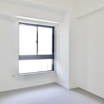 廊下側の洋室は約6.2帖。床がフカフカなので子どもを遊ばせておいても安心。