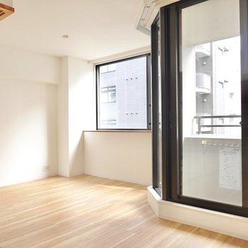 窓辺にはソファを。壁沿いにはテレビを置いて光に優しく包まれながら映画鑑賞を。