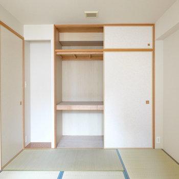 押し入れ収納とミニ床の間があります。
