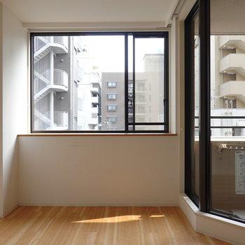 大きな腰窓。ふかふかのレザーソファに寝転がって光を浴びたい。