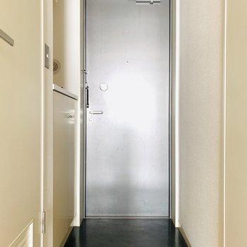 お部屋にぴったりなグレーの玄関。(※お部屋は通電前です・お部屋は同間取り別部屋です。)