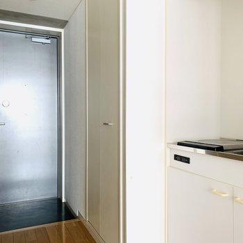 キッチンスペースの奥は収納できる洗濯機置場。(※お部屋は通電前です。)
