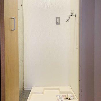 突き当りには収納可能な洗濯機置き場。