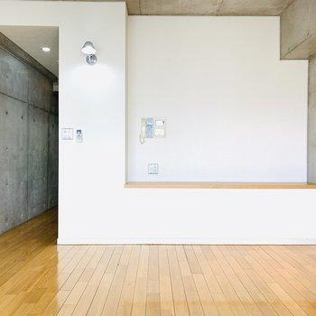 お気に入りのものを置いても、テレビ台としても使えるマルチな棚のついたLDK。