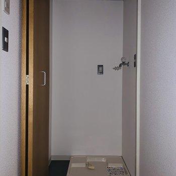 収納可能な洗濯機置き場。(※お部屋は通電前です。)(※フラッシュ撮影です。)