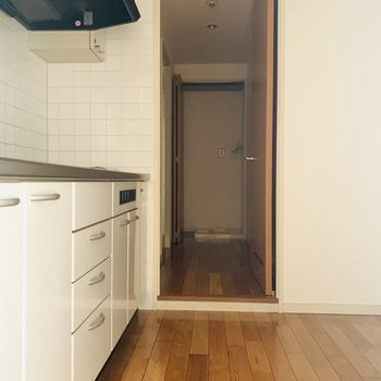 キッチンスペースの奥はユーティリティスペースに繋がります。(※お部屋は通電前です。)
