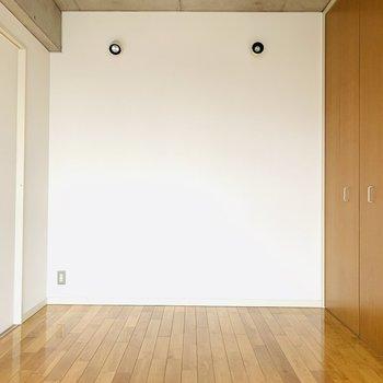 色使いはシンプルなのでどんな家具にも合いそうですね!(※お部屋は通電前です。)