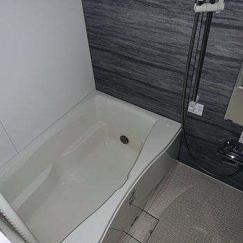 ゆったりとした浴槽で疲れた体を癒やしたい。(※お部屋は通電前です・フラッシュ撮影です。)