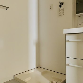 そのお隣は洗濯機置場。(※お部屋は通電前です。)