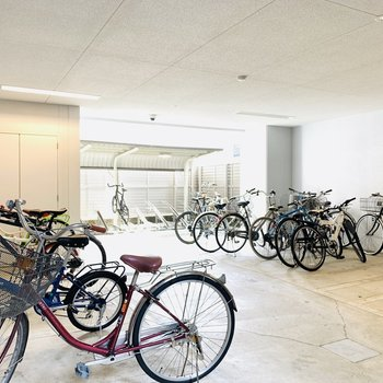 清潔感のある広めの自転車置場。