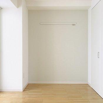 洋室にはコンパクト目のベッドを。(※お部屋は通電前です。)