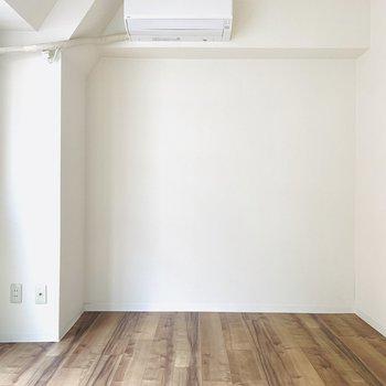 【洋7】カフェグラッセが反転したような壁と床。