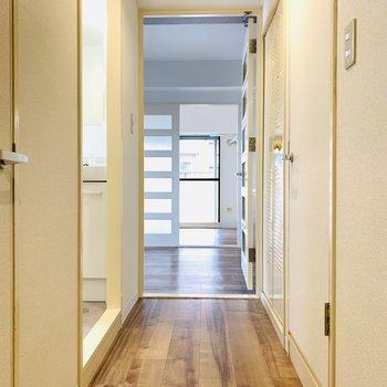 玄関から一番奥のベランダまでまっすぐ見通せる。
