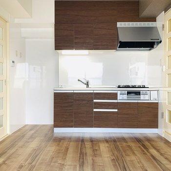 【DK】深めのブラウンのキッチンがお部屋にマッチしています。
