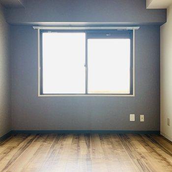 【DK】洋室に比べ少しシックなDKスペース。