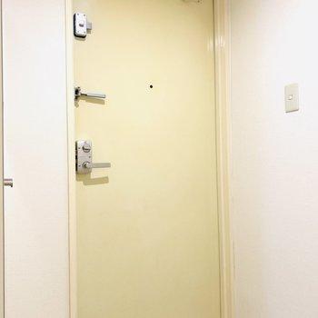淡いイエローの玄関扉が可愛い!