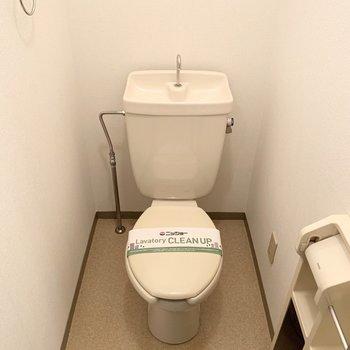 くぼみのお隣がおトイレ。コンセントがあるのでウォシュレットの後付けも可能です。