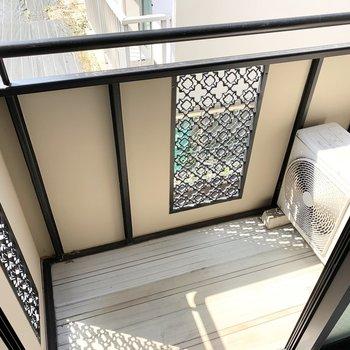 掃き出し窓の外にはベランダも。柵の飾り切りが素敵です◎