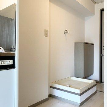 お隣は冷蔵庫と洗濯機置場。冷蔵庫とキッチンの間にキャスター付ワゴンを設置して、作業スペースを作ると良さそう◎