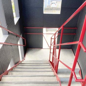 共用の階段スペース。荷物の搬入時には計測をしておくと安心です。