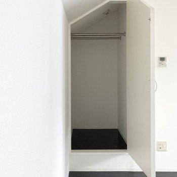お部屋には奥行きあるクローゼットもついています。たっぷりと収納できそうです◎