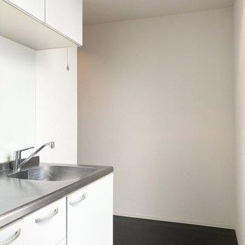 隣のスペースには冷蔵庫が置けますよ。