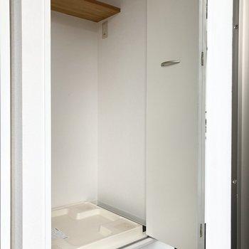 左の扉を開けると洗濯機置き場。