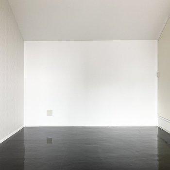 艶感のあるブラックの床がモード感をより深く感じられます。
