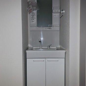 コンパクトだけど、使いやすそうな洗面所。(※お部屋は通電前です。)(※フラッシュ撮影です。)