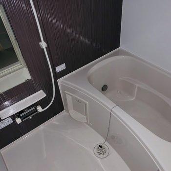 浴室乾燥機付きで雨の日も安心ですね。(※お部屋は通電前です。)(※フラッシュ撮影です。)