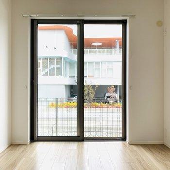 洋室も大きな窓がついて、開放感があります。(※お部屋は通電前です。)