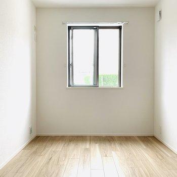 コンパクトだけど開放感のある洋室。(※お部屋は通電前です。)