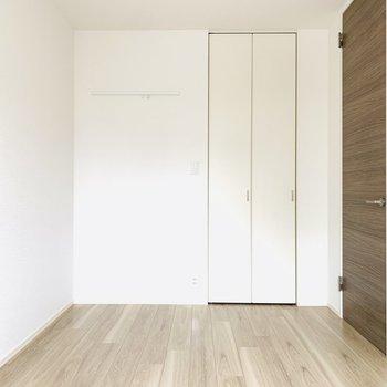 白の壁紙でお部屋が明るく見えますね。(※お部屋は通電前です。)